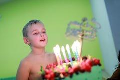 Ребенок с именниным пирогом стоковые фотографии rf