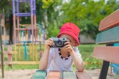 Ребенок с камерой Фотографировать маленькой девочки Стоковое Изображение