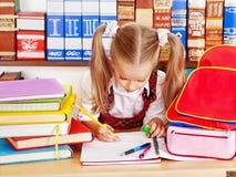 Ребенок с книгой стога. Стоковое Изображение
