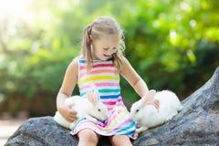 Ребенок с кроликом зайчик пасха Дети и любимчики Стоковое Изображение RF