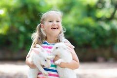 Ребенок с кроликом зайчик пасха Дети и любимчики Стоковое Фото