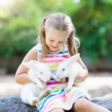 Ребенок с кроликом зайчик пасха Дети и любимчики Стоковая Фотография