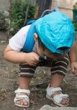 Ребенок с лупой стоковые фотографии rf