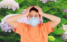 Ребенок с маской для того чтобы предотвратить аллергию Стоковые Фотографии RF