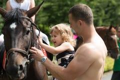 Ребенок с мышечной мужской улыбкой к животному стоковая фотография rf