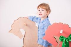 Ребенок с лошадью игрушки Стоковые Изображения RF