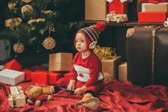 Ребенок с подарком на рождество на деревянной предпосылке Счастливые дети babette Дети зимы небо klaus santa заморозка рождества  стоковое изображение rf