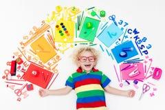 Ребенок с поставками школы и чертежа Студент с книгой Стоковое Изображение RF