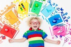 Ребенок с поставками школы и чертежа Студент с книгой Стоковые Фото