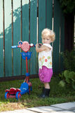 Ребенок с скейтбордом в резиновых ботинках Стоковые Изображения RF