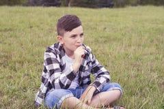 Ребенок с холодным стилем причёсок стоковые фото