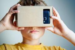 Ребенок с шлемофоном виртуальной реальности близкий портрет вверх стоковые фотографии rf