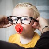 Ребенок с eyeglasses стоковые изображения rf