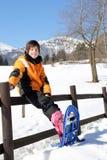 Ребенок с snowshoes в горах Стоковое Фото