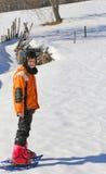 Ребенок с snowshoes в горах Стоковые Изображения RF