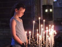 Ребенок с votive свечами в церков Стоковая Фотография