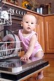 Ребенок 1-ти летний в кухне на судомойке Стоковое фото RF