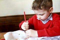 Ребенок точит карандаш стоковые изображения