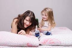 Ребенок тошнит маму гребня волос Стоковая Фотография