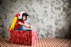 Ребенок управляя в автомобиле сделанном из картонной коробки Стоковые Изображения