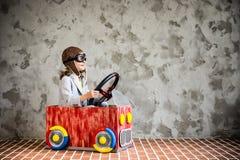 Ребенок управляя в автомобиле сделанном из картонной коробки Стоковая Фотография