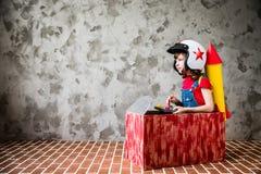 Ребенок управляя в автомобиле сделанном из картонной коробки Стоковое Изображение RF