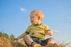 Ребенок усмехаясь против голубого неба Стоковые Фотографии RF