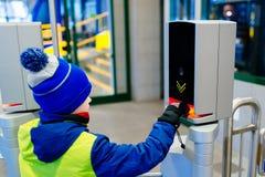 Ребенок утверждая билет в железной дороге или подземном входе стоковое фото