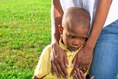 ребенок утешая маму стоковые фотографии rf