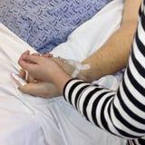 Ребенок утешая родителя в больнице Стоковые Изображения RF