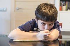 Ребенок утомлянный изучать Стоковое Фото
