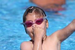 Ребенок уча поплавать, плавая урок Стоковые Изображения