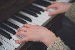 Ребенок учит рояль стоковая фотография rf