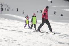 ребенок учя лыжу к стоковые фотографии rf