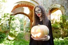 Ребенок хеллоуина с тыквой Стоковое Изображение