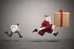 Ребенок хочет настоящий момент от Санта Клауса стоковые фото