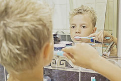 Ребенок чистя ее зубы щеткой Стоковое Изображение RF