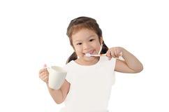 Ребенок чистя ее зубы щеткой Стоковые Фотографии RF
