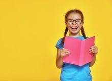 Ребенок читает книгу Стоковые Изображения RF