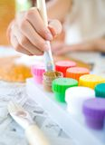 ребенок щетки окуная детенышей paintpot деревянных Стоковые Фотографии RF