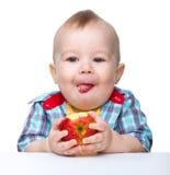 ребенок яблока есть немного красный цвет стоковые фото