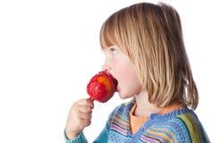 ребенок яблока есть тянучку помадок Стоковая Фотография