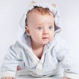 ребенок bathrobe жизнерадостный Стоковое Изображение RF