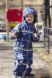 Ребенок Happilly усмехаясь 2-ти летний внешний весной Стоковое Изображение RF