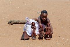 Ребенок Himba с сувенирами для продажи в традиционной деревне Стоковые Фотографии RF