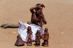 Ребенок Himba с сувенирами для продажи в традиционной деревне Стоковые Изображения