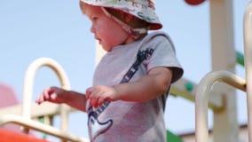 Ребенок joyfully играет и хмели, находящся в playgroung сток-видео