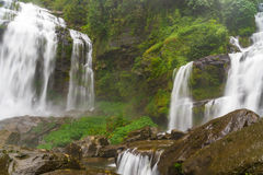 Ребенок Khamude, водопад a большой в глубоком лесе на гористой местности Bolaven Стоковое Фото