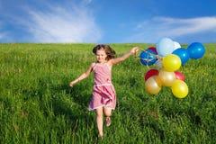 ребенок outdoors играя Стоковая Фотография