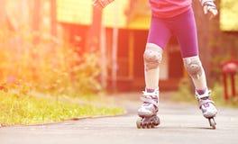 Ребенок rollerblading outdoors Стоковое Фото